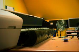 Sprawna naprawa ploterów w doświadczonym serwisie. ©Zdjęcie za zgodą Akte.com.pl i autora @PhotoSchroedingerCat https://akte.com.pl/naprawa-i-serwis-plotterow-hp/